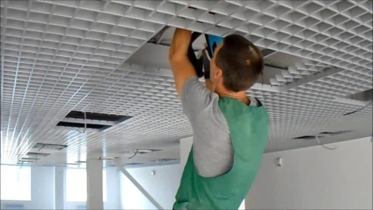 Разборная конструкция потолка существенно упрощает монтаж светильников и прокладку питающего кабеля