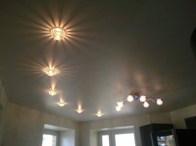 светильники, крепятся к потолку