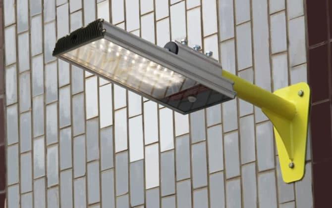 светодиодный светильник на стене