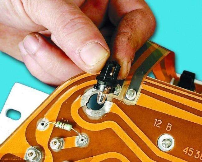 Демонтаж лампочки подсветки ВАЗ 2114