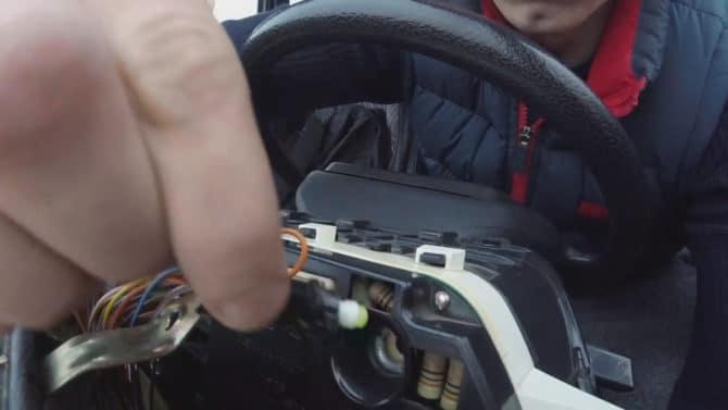 Замена лампочки без отключения проводов питания на ВАЗ 2110
