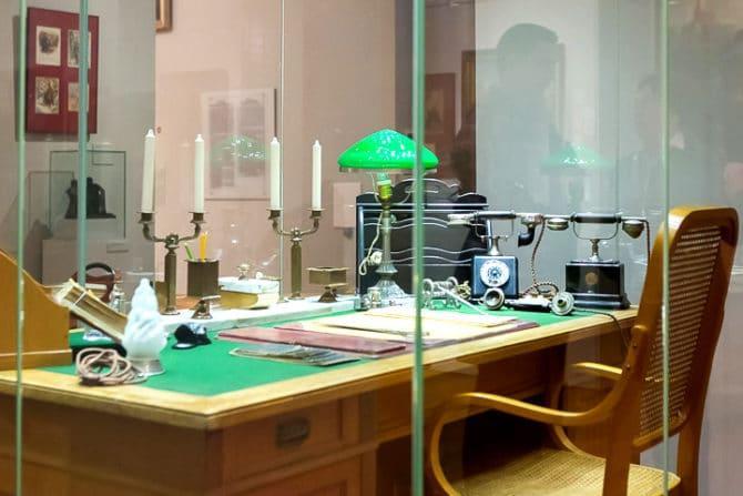 Лампа с зеленым абажуром в музее