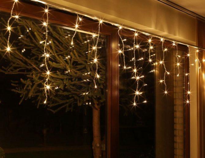 светодиодная бахрома на окне